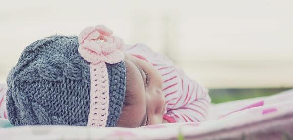 寝っ転がってうたた寝をしている赤ちゃん