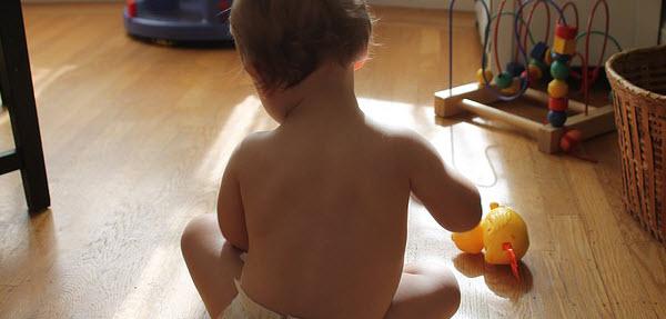 赤ちゃんの後ろ姿